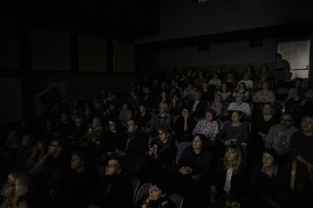Publiczność w kinie Kinematograf podczas seansu filmowego.