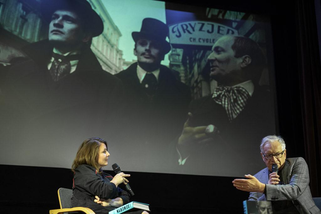 Andrzej Seweryn na spotkaniu z publicznością w kinie Kinematograf. W tle kadr z filmu Ziemia Obiecana.